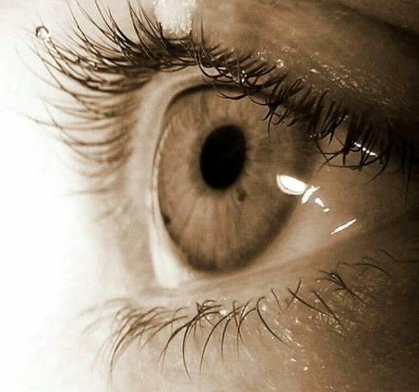 пятна на глазах у человека