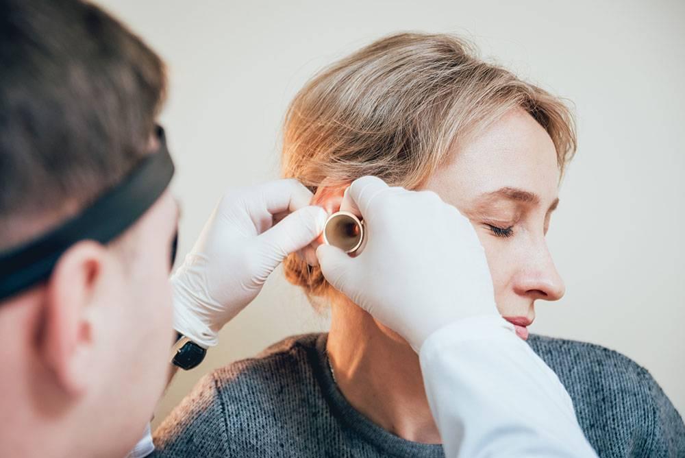 Болит ухо: к какому врачу обратиться