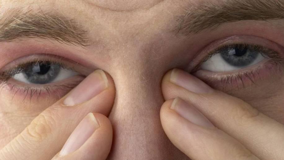 Почему от яркого света болят глаза и голова
