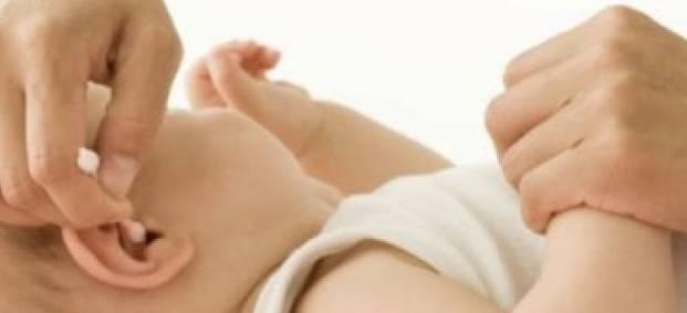 Как правильно чистить уши новорожденным деткам?