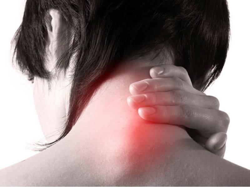 Почему может возникать боль за ухом