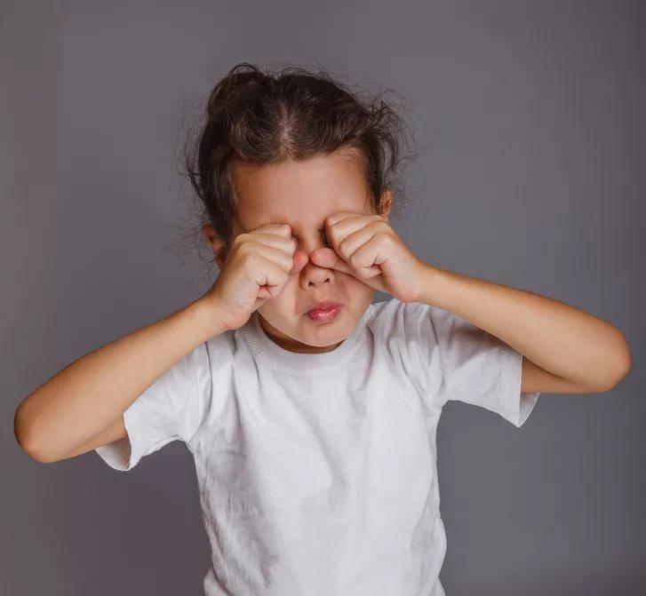 Почему ребенок чешет, постоянно трет глаза: причины, симптомы заболеваний, лечение