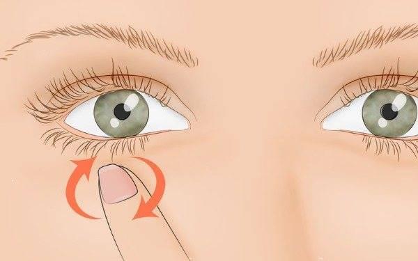 у ребенка дергается глаз что это