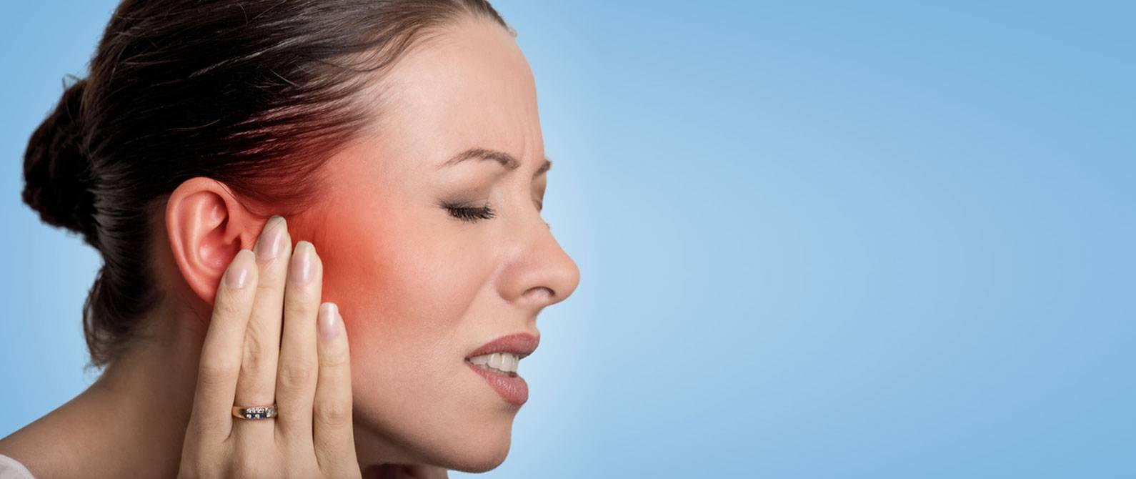 почему при глотании болит ухо