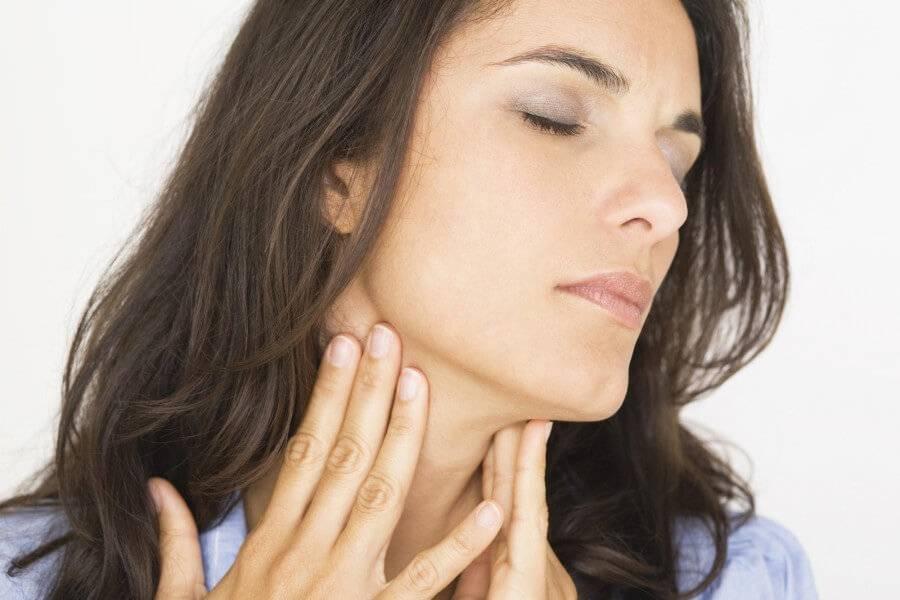 Чешется горло изнутри и появился кашель: что делать?