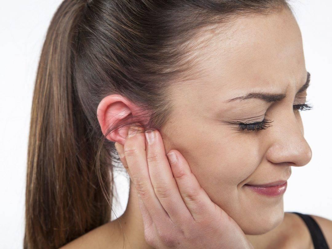 Почему болит ухо и больно жевать
