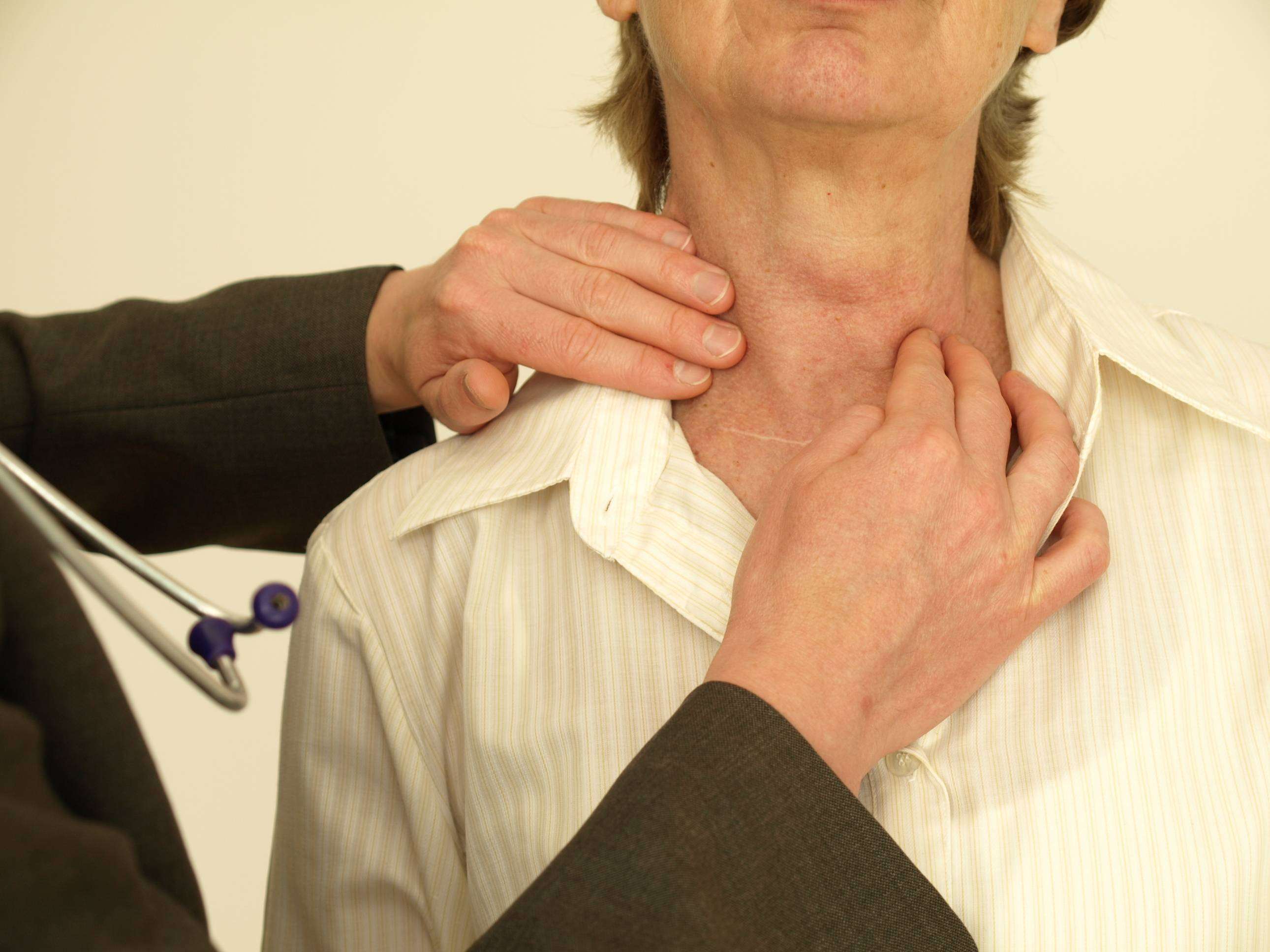 Может ли при заболеваниях щитовидки болеть горло во время глотания?
