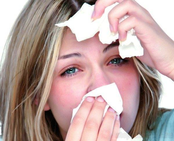 У ребенка насморк и слезятся глаза — что за симптом?