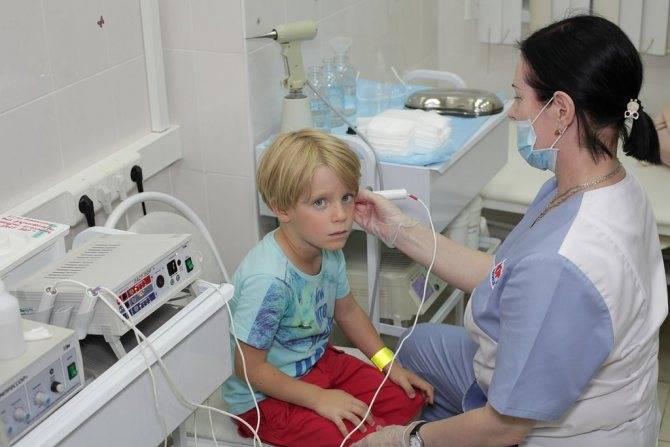 Отит у детей. симптомы и лечение народными средствами, капли, какой антибиотик лучше принимать. клинические рекомендации