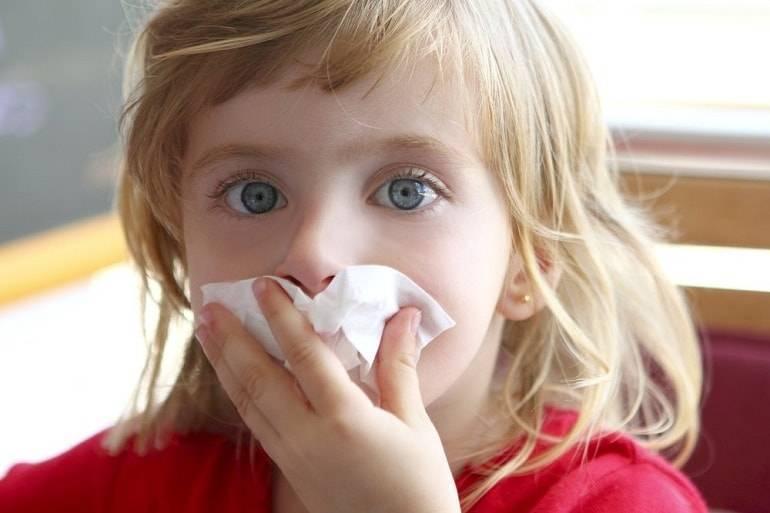 Почему у ребенка слезятся глаза и текут сопли