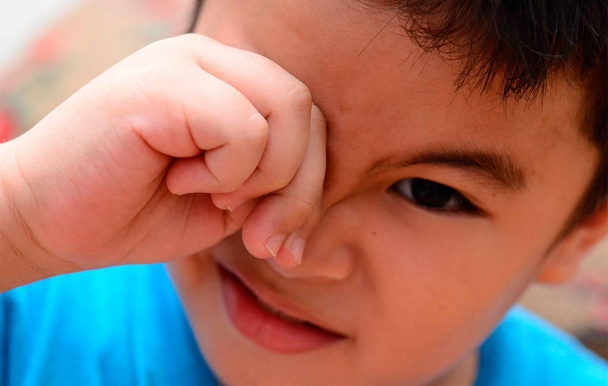 ребенок сильно трет глаза