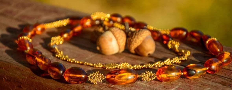 Лечебные свойства бус из необработанного янтаря. украшения для здоровья — какие? как используются свойства такого янтаря? рецепты.