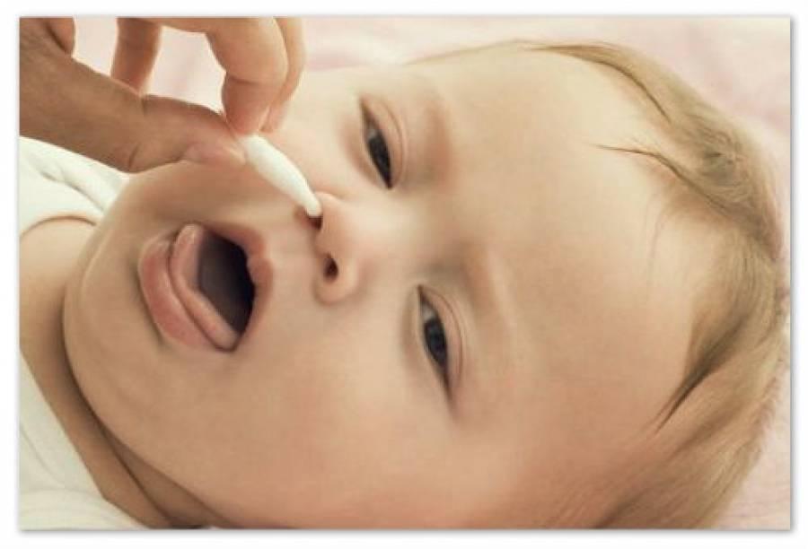 Как правильно чистить ушки новорожденному?