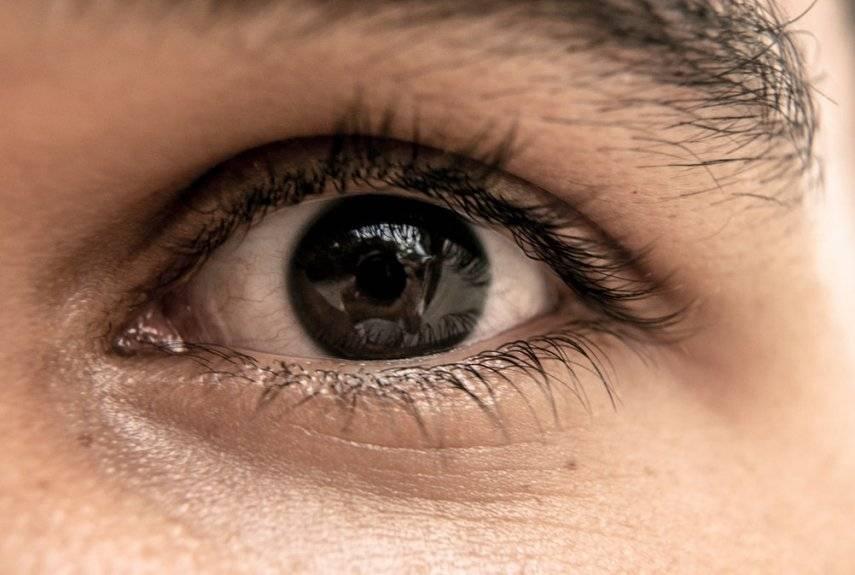 Червь в глазу у человека