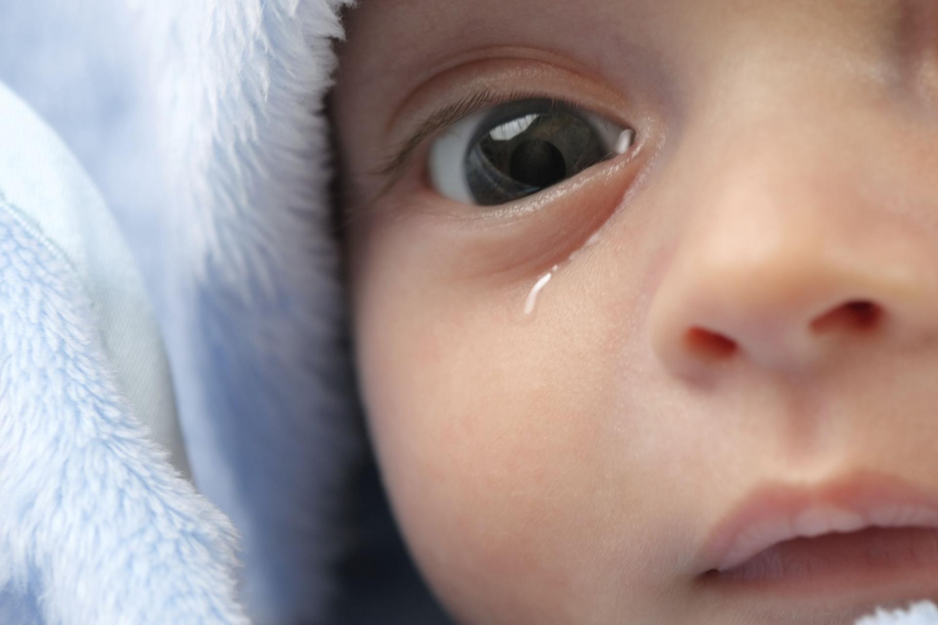 закисают глазки у новорожденного чем лечить