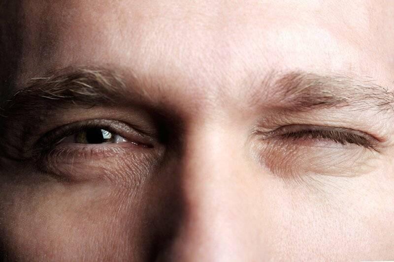 почему человек часто моргает глазами